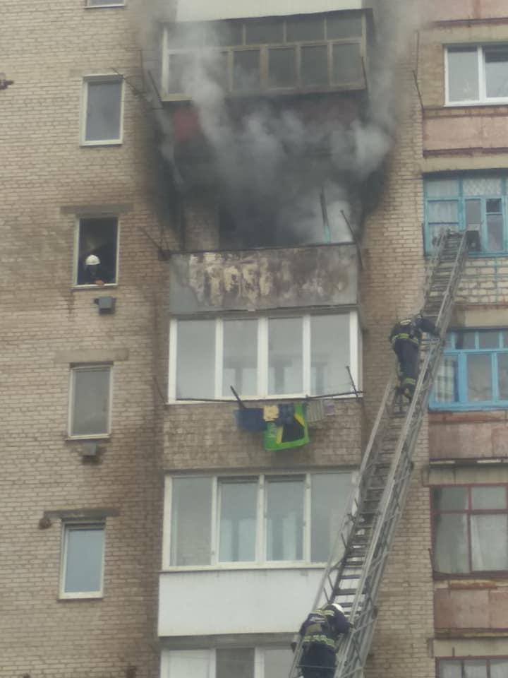 15 людей евакуювали через пожежу у багатоповерхівці Хмільника