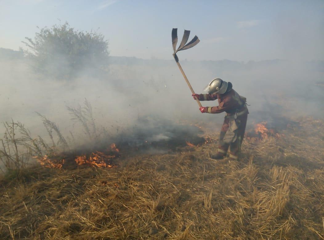 Вчора у Хмільницькому районі гасили пожежу сухої трави