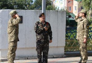 Захисник України Василь Бєліков урочисто підняв над Хмільником прапор України