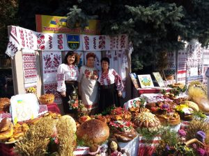 """Митрополит Вінницький і Барський Симеон благословив хмільничан на обласному фестивалі """"Скарби Поділля"""""""