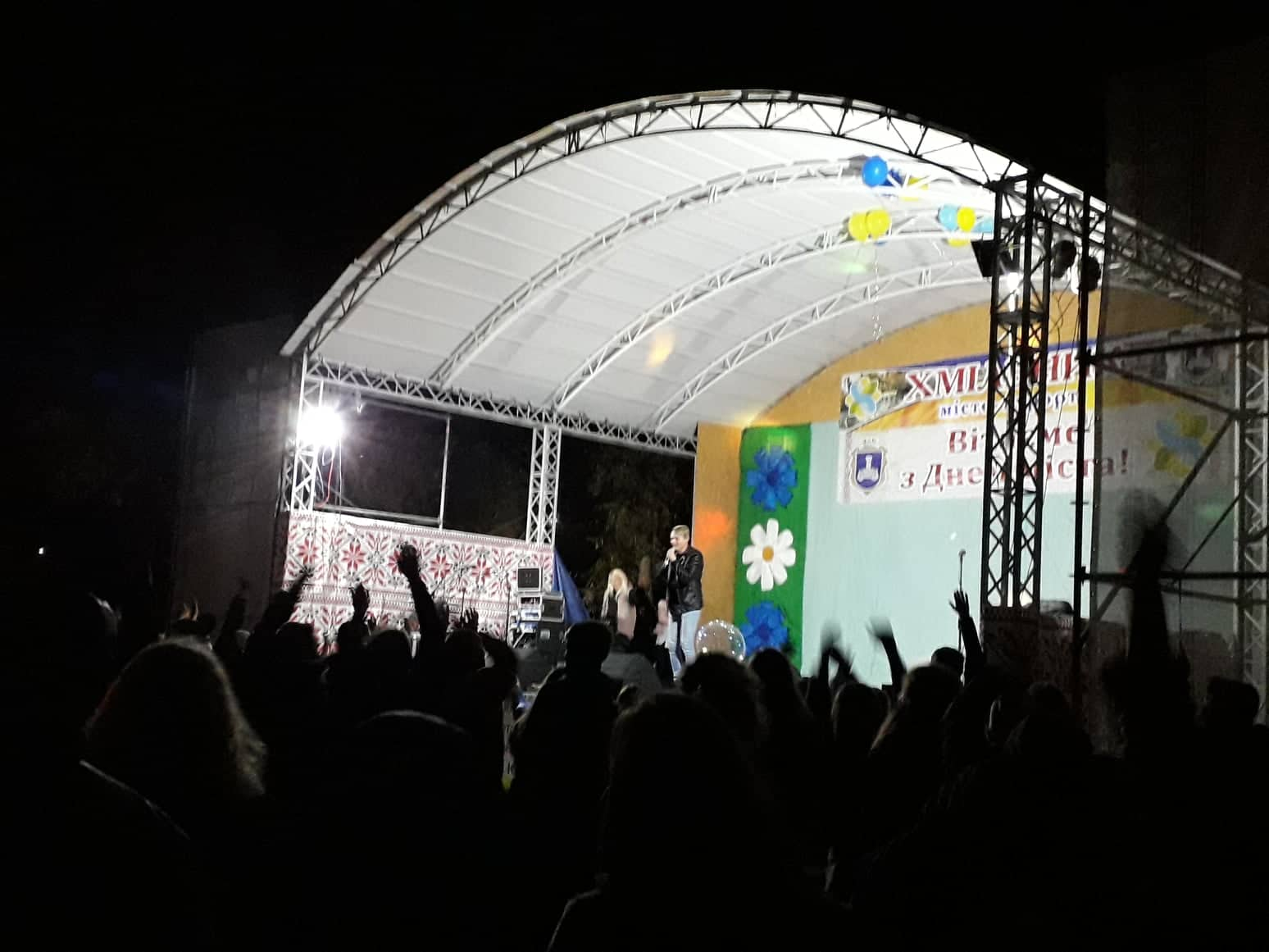 """Сьогодні для хмільничан співав учасник """"Голосу країни-2"""" Назар Савко"""