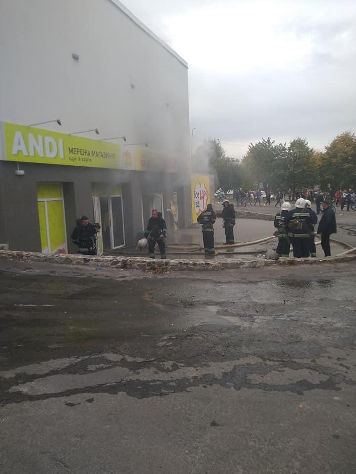 Більш ніж півгодини гасили пожежу в магазині у центрі Хмільника