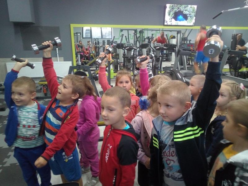 Хмільницькі дітки виконували вранішню зарядку разом із батьками
