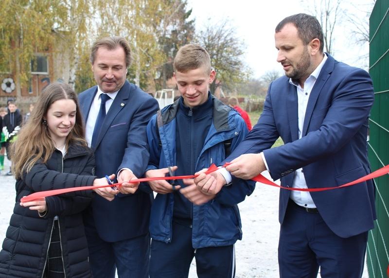 Новий футбольний майданчик урочисто відкрили у 4-й школі Хмільника