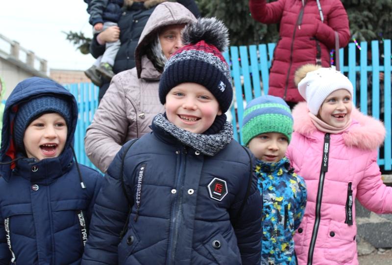 Як хмільницькі діти урочисто відкривали новорічну ялинку