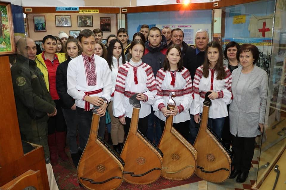 Юні хмільницькі бандуристи провели урочистий концерт з нагоди вшанування Героїв Небесної Сотні