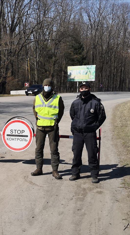 Поліцейські та нацгвардійці чергують у посиленому режимі на блокпостах коло Хмільника