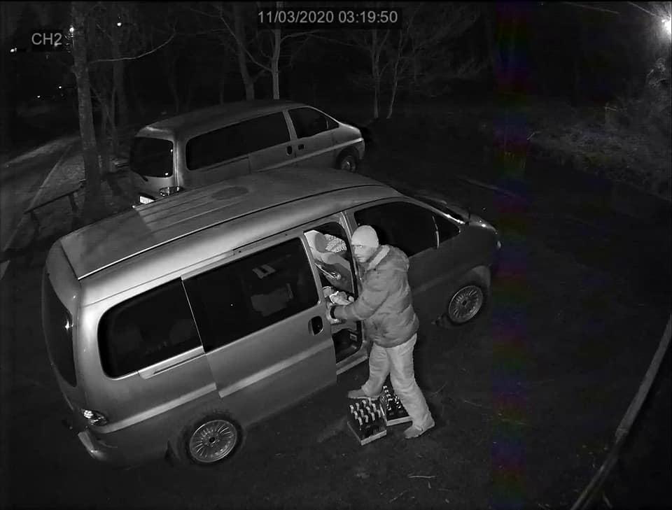 """Відразу п'ять автомобілів """"бомбанули"""" за одну ніч у Хмільнику. У соцмережах вже є фото та відео підозрюваного"""