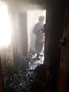 У Хмільнику горіла квартира. Рятувальники евакуйовували людей з вогню та диму…