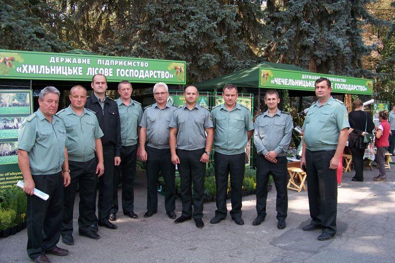 Хмільницькі лісівники теж виїхали на гасіння резонансних лісових пожеж на Житомирщині. У сусідній із нами області палають ліси та села…