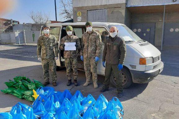 Хмільницькі військкоматівці та волонтери разом допомагають мешканцям громади