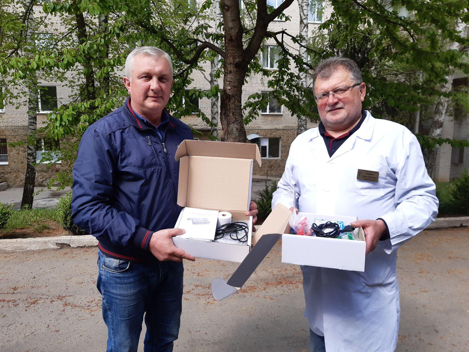 Два електрокардіографи передали хмільницьким лікарям представники районної влади та аграрії