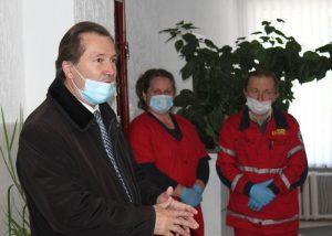 """Захисні костюми, маски та іншу допомогу передали хмільницьким медикам """"швидкої"""""""