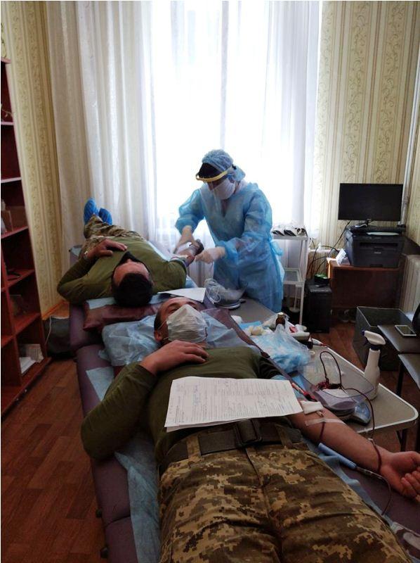 Військові та працівники Хмільницького військкомату та хмільницькі поліцейські добровільно стали донорами крові