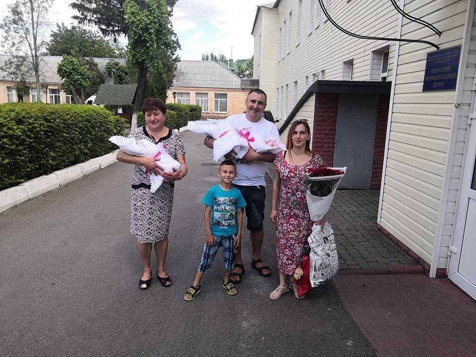 Три «квіточки» родини Поповичів у Хмільнику народилась унікальна трійня