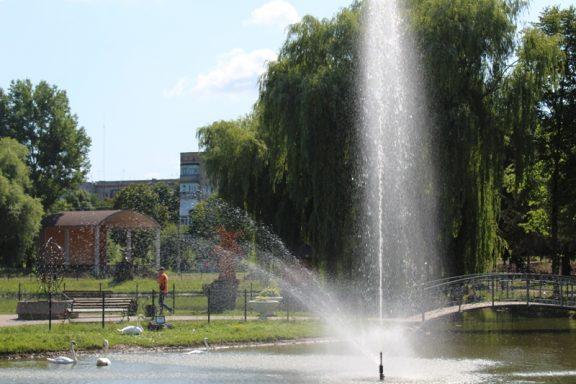 Нетверезий молодик побив та пограбував працівницю комунального господарства у хмільницькому парку