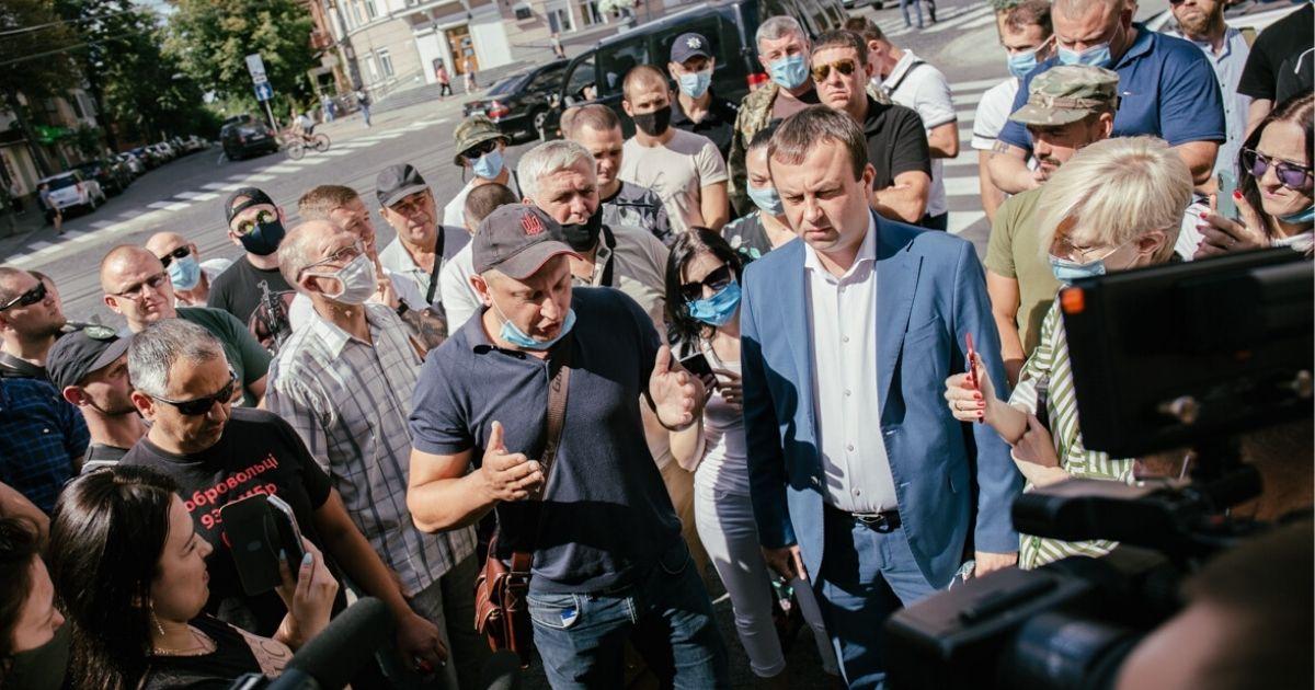 """Чому вінницькі ветерани війни з Росією, активісти, представники громадських організацій викликали на """"килим"""" голову ОДА? Серед учасників акції були й хмільничани…"""