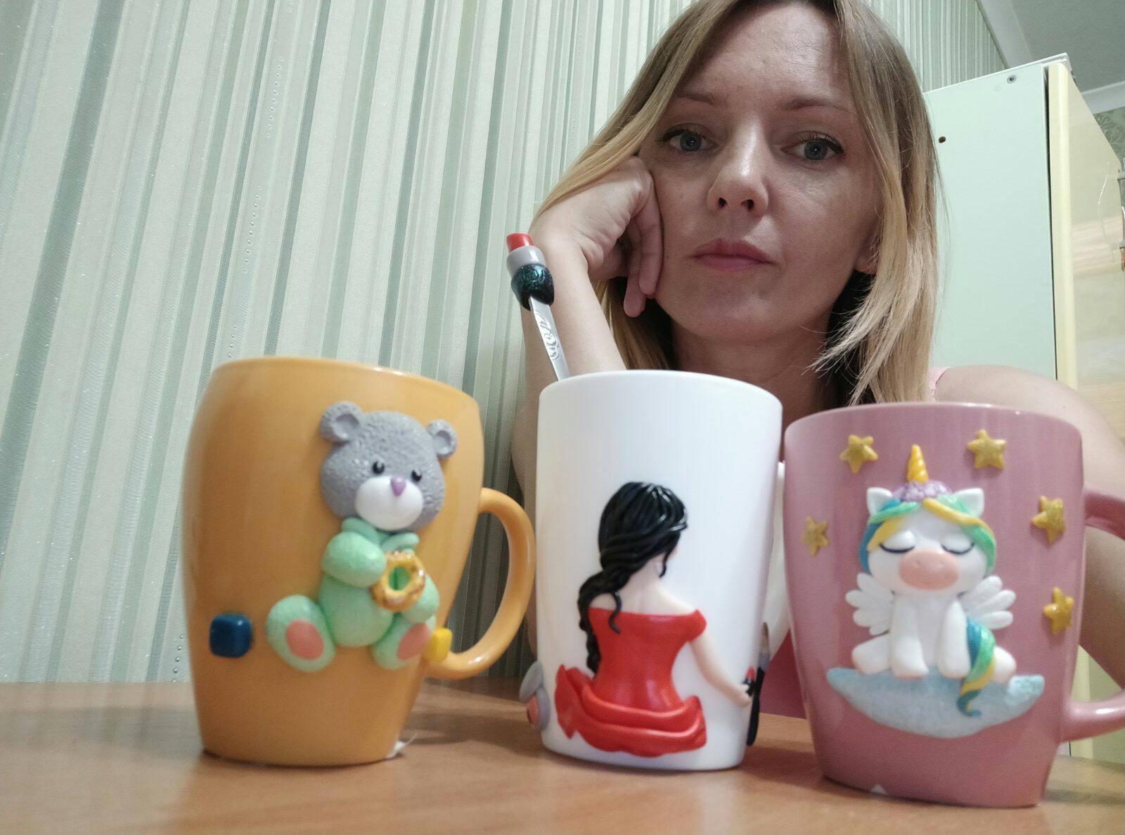 Хмільничанка Світлана Іщук декорує чашки полімерною глиною