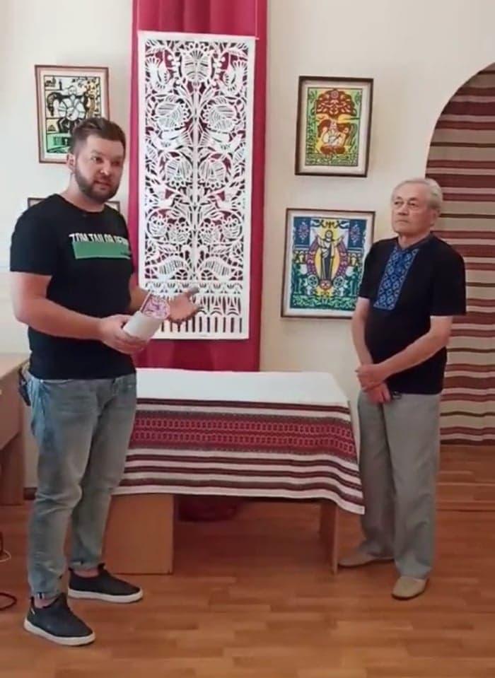 """""""Молюсь за тебе, Україно!"""" – в обласному центрі народної творчості відбулося відкриття персональної виставки витинанки Дмитра Власійчука"""