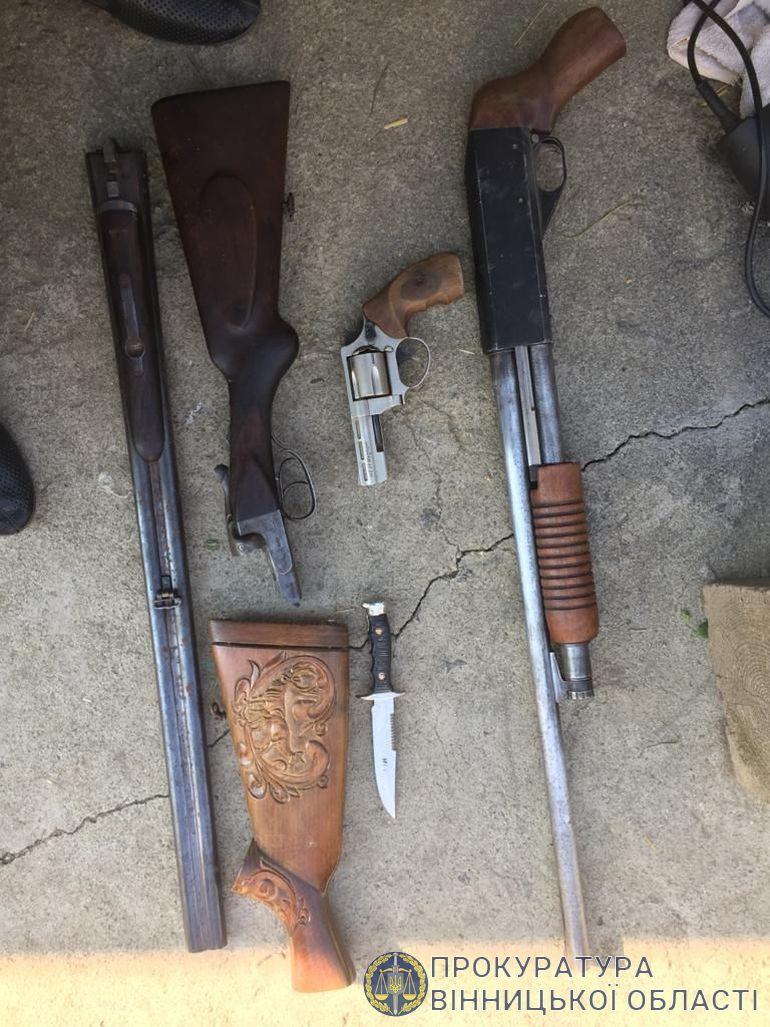Арсенал зброї вилучили у 30-річного мешканця Хмільницького району
