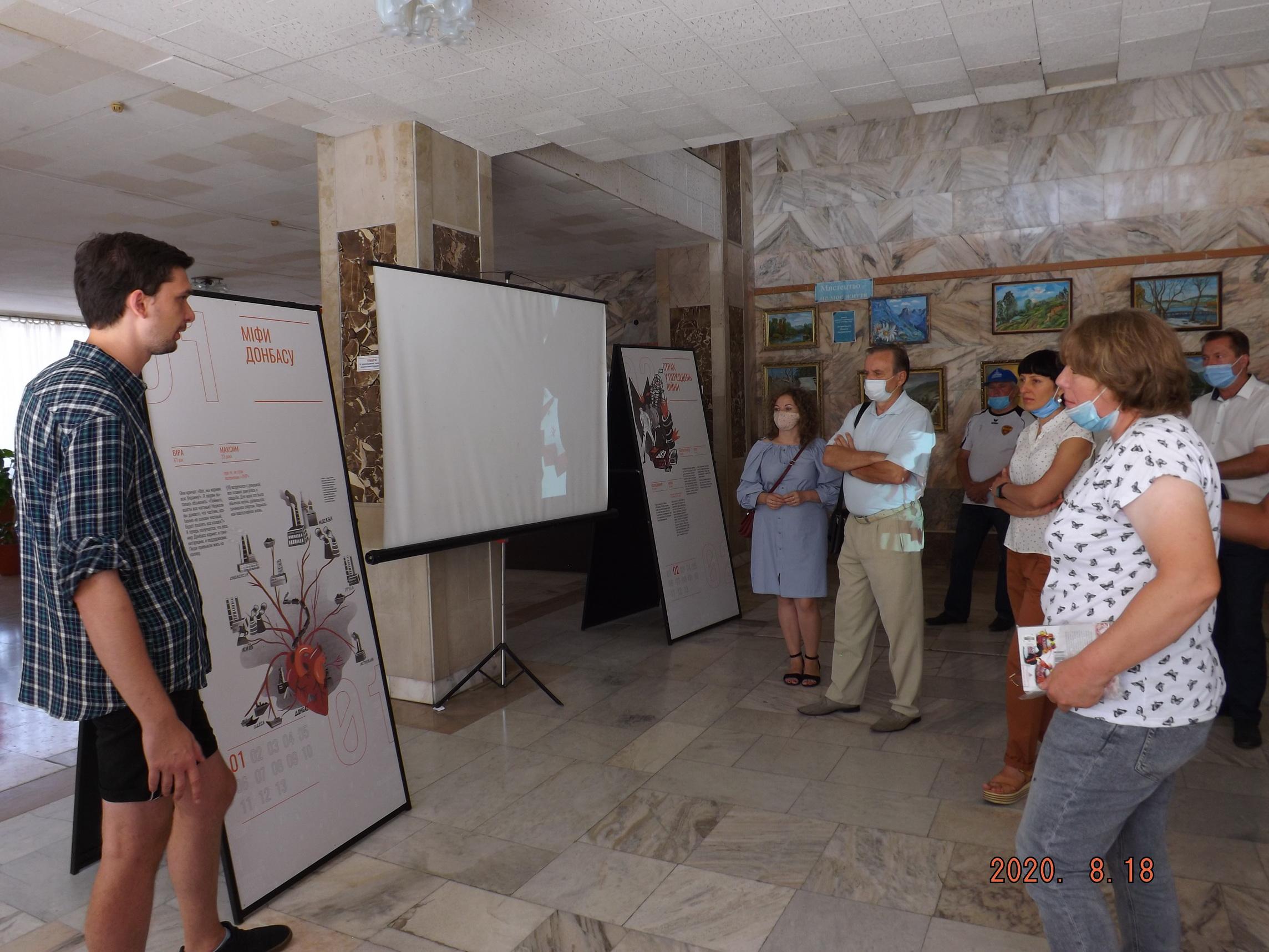 """Відбулося офіційне відкриття виставки """"На зламі"""" у районному Будинку культури"""