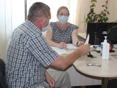 За новими захисними екранами приймають громадян співробітники Центру надання адмінпослуг у Хмільнику