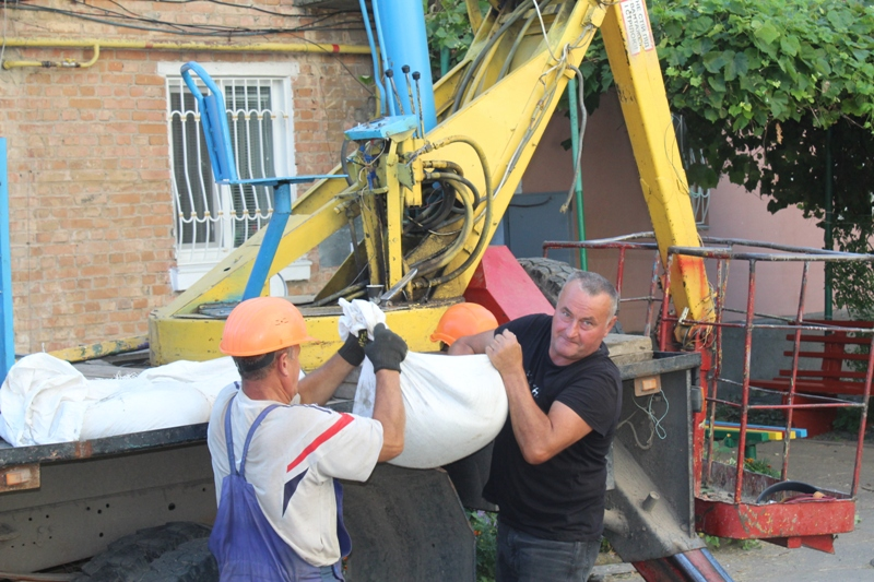 Триває ремонт хмільницьких багатоповерхівок (Фоторепортаж)