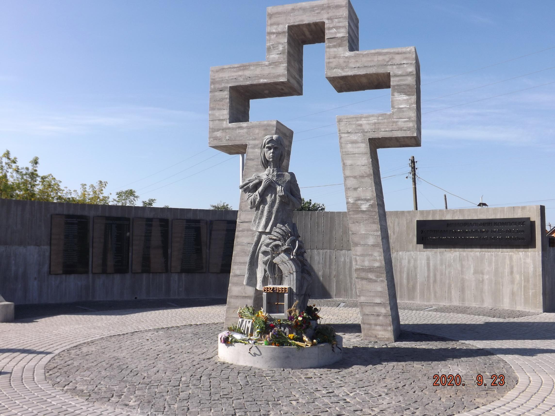 Меморіальний комплекс жертвам Голодомору 1932-1933 рр. і політичних репресій 1920-1950 рр. відкрили сьогодні у Хмільнику