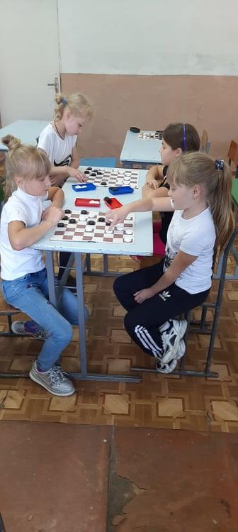 Змагання з шашок серед учнів 2-3 класів відбулися у Хмільнику