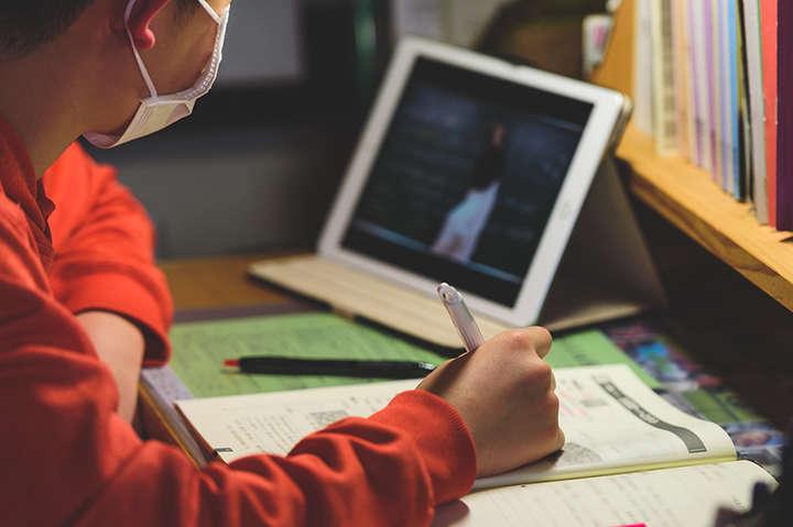 В школах району діти та педагоги захворіли на коронавірусну інфекцію: навчальні заклади переводять на дистанційне навчання