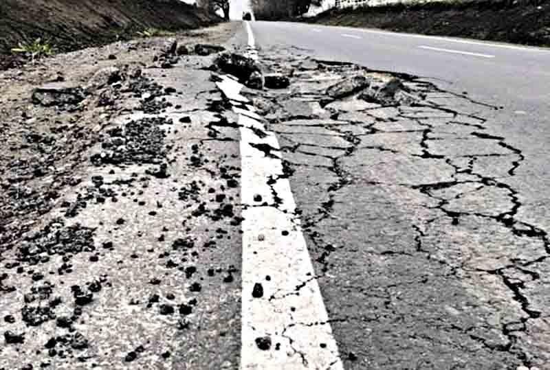 Нещодавно відремонтована дорога у Хмільницькому районі знову потребує ремонту