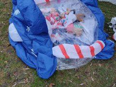 В міському парку Хмільника порізали новорічні надувні іграшки, а біля головної ялинки відірвали оленя