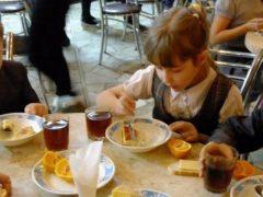 Без сосисок та рибних консервів, менше солі та цукру, не більше 2-х смажених страв на тиждень: як харчуватимуть школярів на Хмільниччині