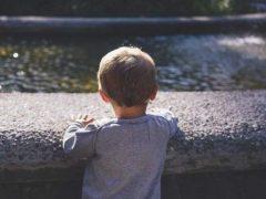 Хлопчик житиме в любові: чому суд у Хмільнику позбавив рідного батька прав на сина, але зобов'язав платити дитині аліменти