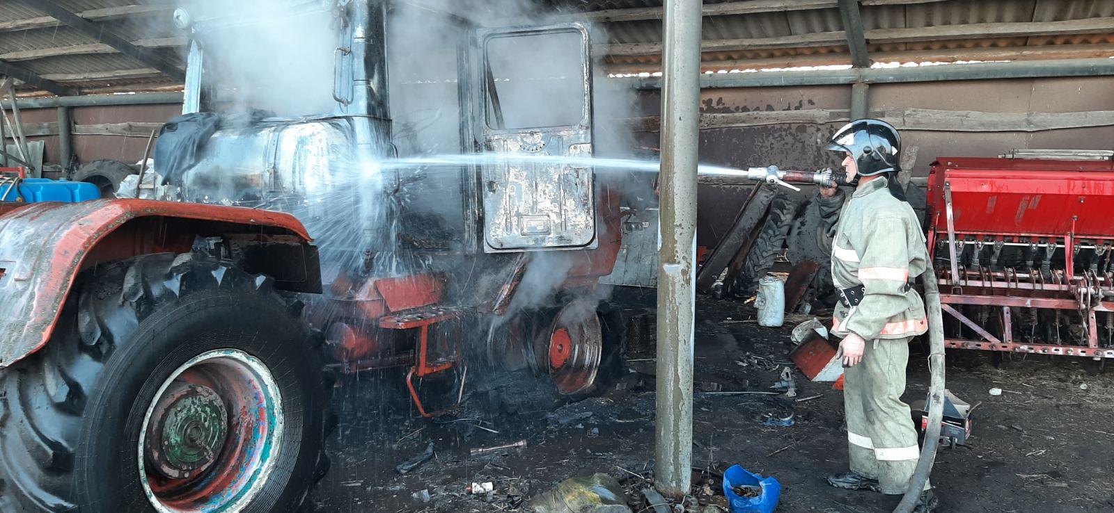 У Хмільницькому районі вогнем знищено трактор