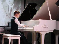 Юний музикант із Хмільника мріє стати визначним піаністом, а поки що 16-річний Олександр Дзвінковський виступив на сцені акустичної зали України