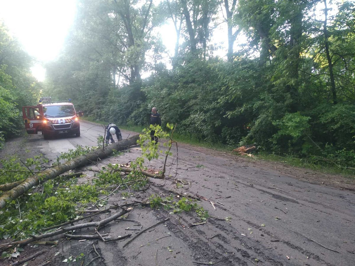 Рятувальники ліквідували наслідки негоди у Хмільницькому районі