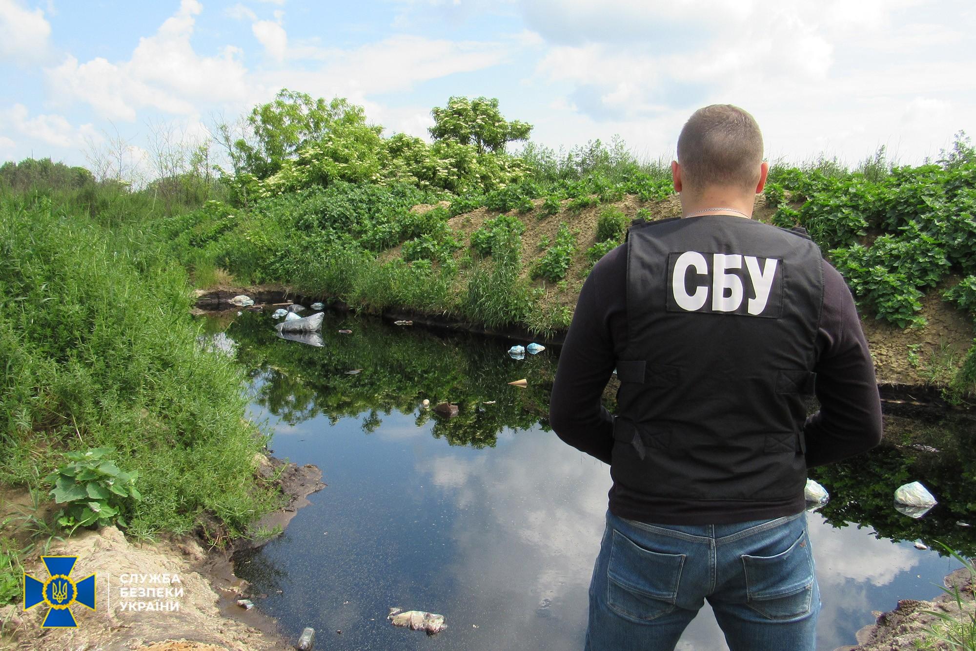 У Хмільницькому районі працівники СБУ виявили захоронення небезпечних відходів