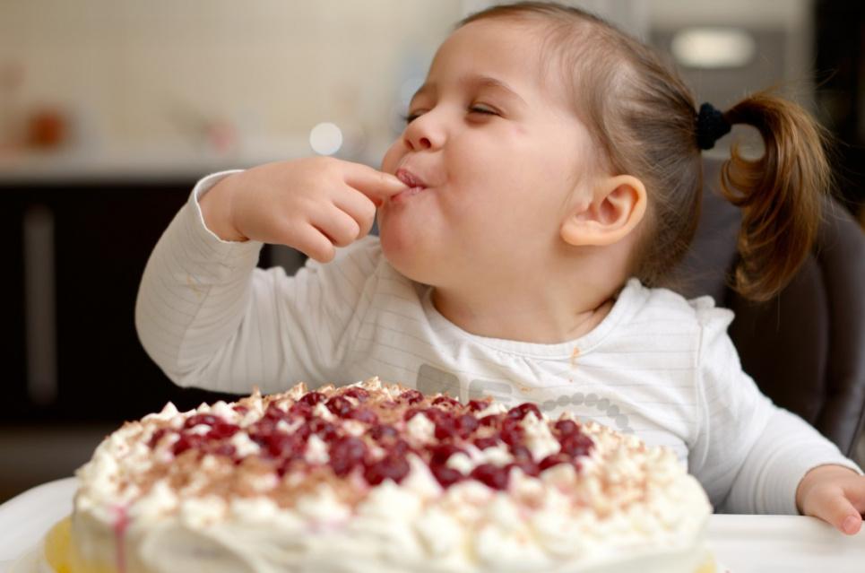 Коли дитині вперше можна давати солодощі: поради експертів
