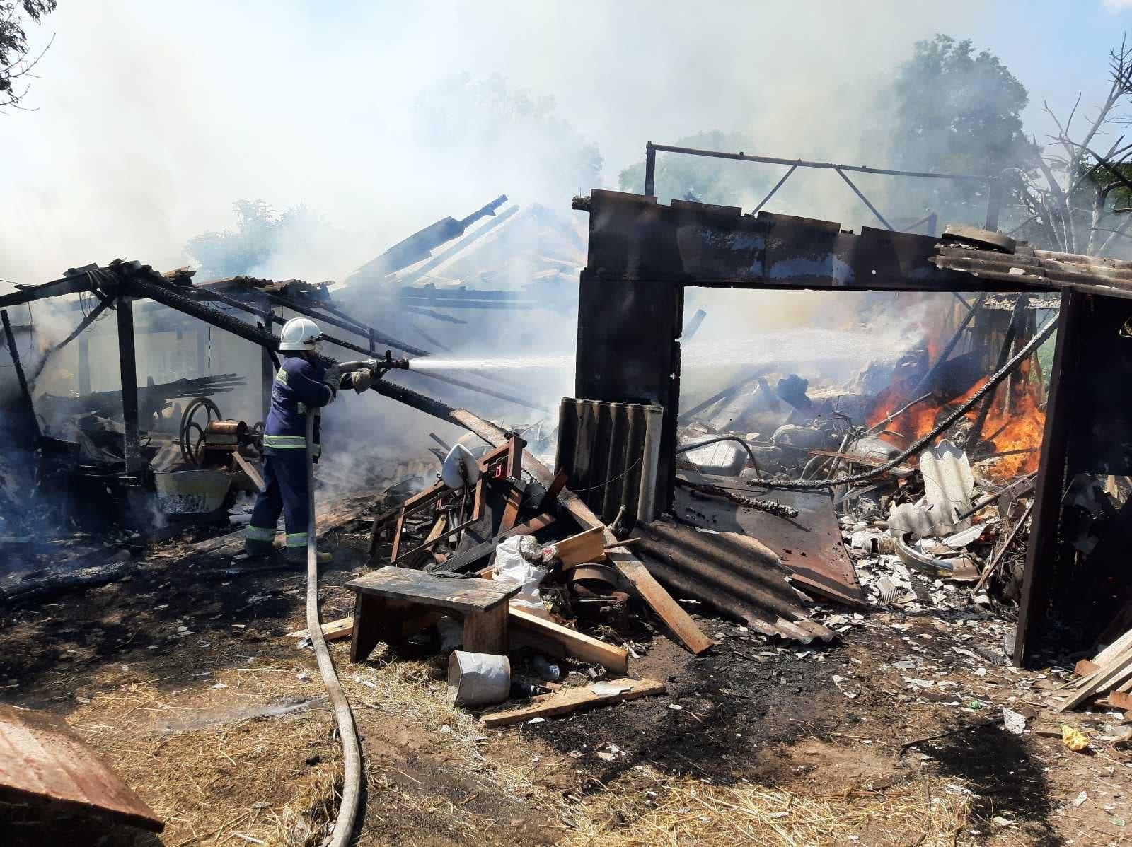 В селі Березна Хмільницької громади вщент згоріла техніка: фото, відео