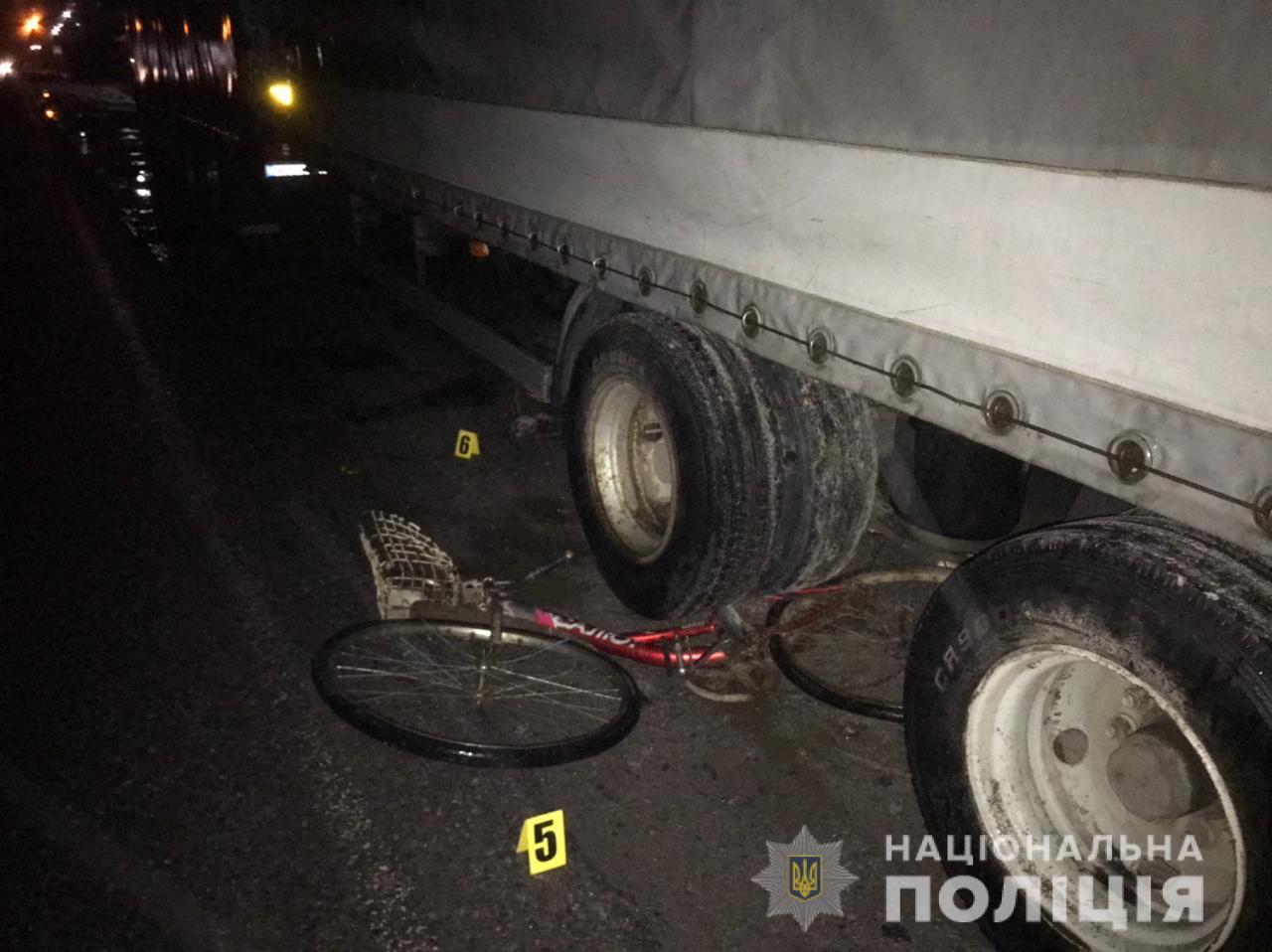У Хмільницькому районі під колесами вантажівки загинув велосипедист