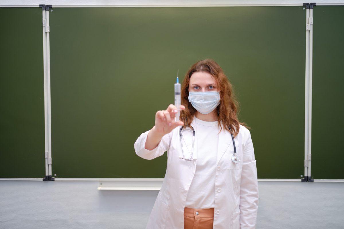Невакцинованих вчителів пропонують відсторонювати від роботи